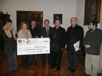 Entrega del cheque a Cáritas Diocesana